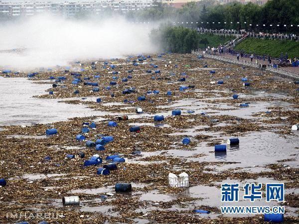 漂浮在松花江中的化工厂原料桶