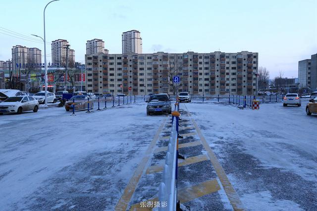 """哈尔滨高楼大厦中有个""""大坑"""" 大坑里住着二十来户人家"""